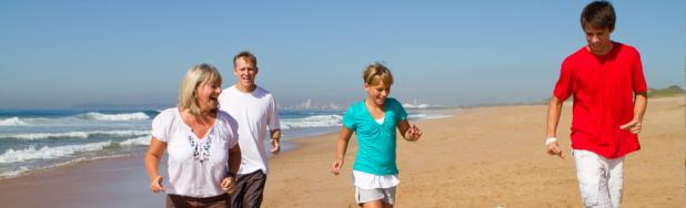Family_walking_beach